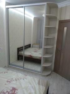 Шкаф-купе на заказ белый зеркало в спальню