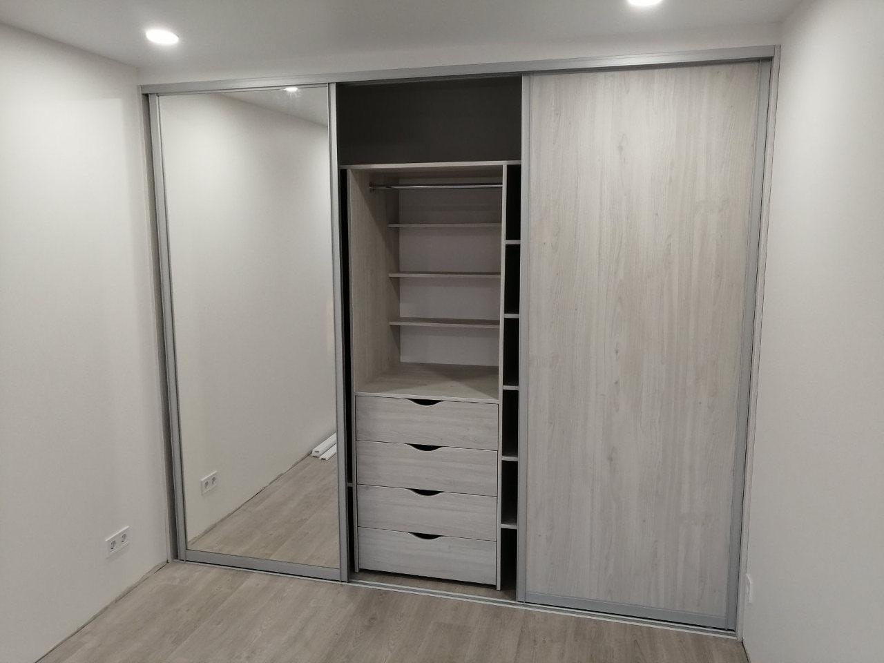 Шкаф-купе встроенный в маленькую комнату Киев 920-1